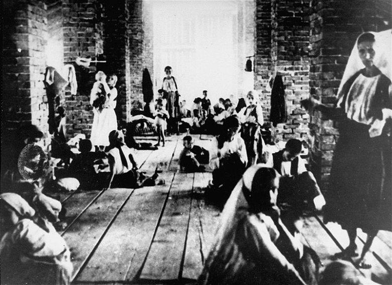 Serbskie dzieci przetrzymywane we wieży chorwackiego obozu Stara Gradiska.
