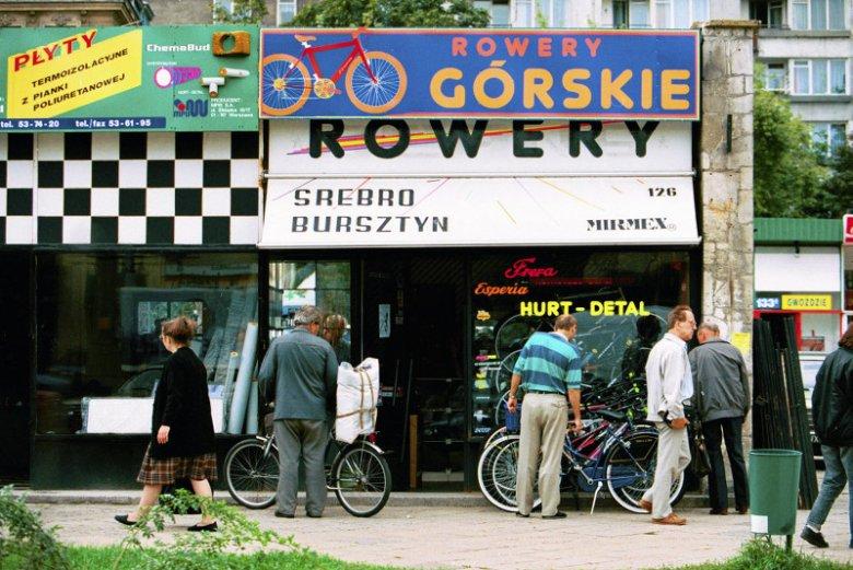 Sklep z rowerami przy ul. Marszałkowskiej w Warszawie - 1994 rok.