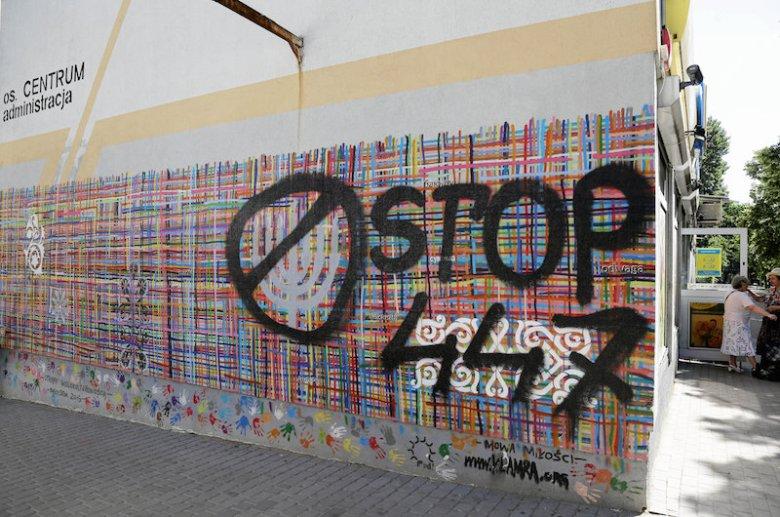 """Mural """"Utkany wielokulturowością"""" w Białymstoku znowu został zniszczony."""