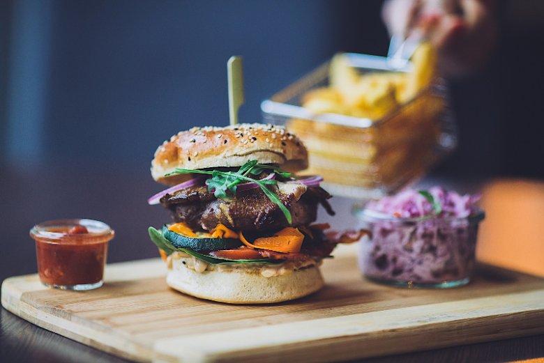Burger z dziczyzny z grillowaną cukinią i piklami z marchewki