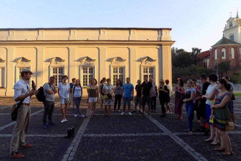 Podczas spacerów miejskich, członkowie Paragrafu 22 prowadzą uczestników śladami dawnych warszawskich zbrodni