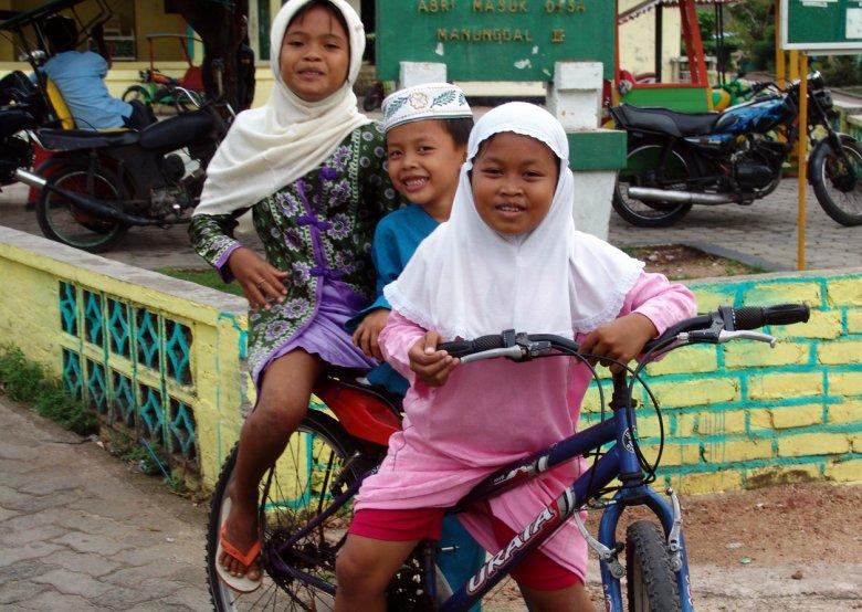 Dzieci jadące do meczetu na wspólne czytanie Koranu
