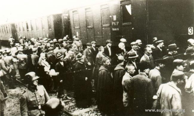 Więźniowie z pierwszego transportu Polaków do KL Auschwitz na dworcu kolejowym w Tarnowie (wśród nich byli też nieliczni Żydzi).