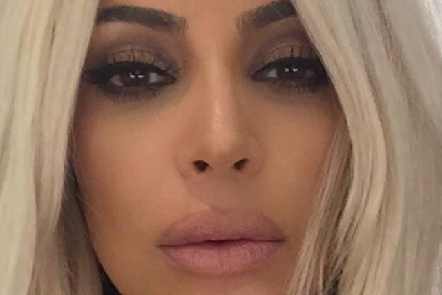 Kim Kardashian dziś nie przypomina tej dziewczyny sprzed ośmiu lat. Zmieniło się wszystko. Stan konta w banku, styl, a także twarz. Dziś występuje na okładkach Vogue'a, a kiedyś... na okładkach płyt z filmami porno.
