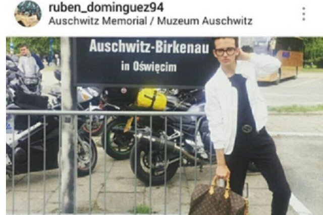 22-letni modowy bloger z Hiszpanii pozował z modną torbą w Auschwitz.