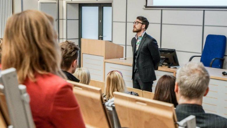 Dr Mateusz Grzesiak podczas wykładu