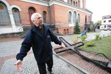 Ks. Jan Wierzbicki, proboszcz parafii św. Wojciecha w Białymstoku. Na zdjęciu - tuż po pożarze wieży kościoła.