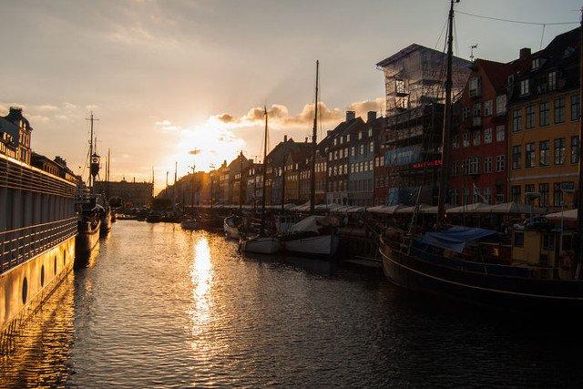 Dlaczego Duńczycy są szczęśliwi? na zdjęciu: Nyhavn o zachodzie słońca, Kopenhaga