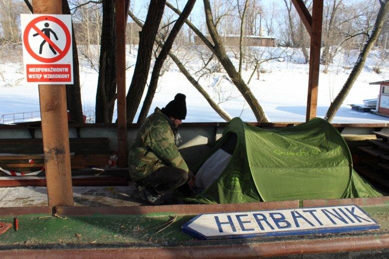 Andrzej Motyliński - zamieszkał w namiocie na barce