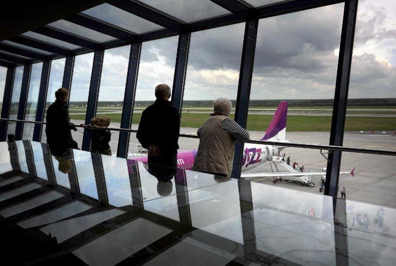 """Polacy często mylą nazwy linii lotniczych. Zdarza się im powiedzieć """"wizir"""" zamiast WizzAir."""