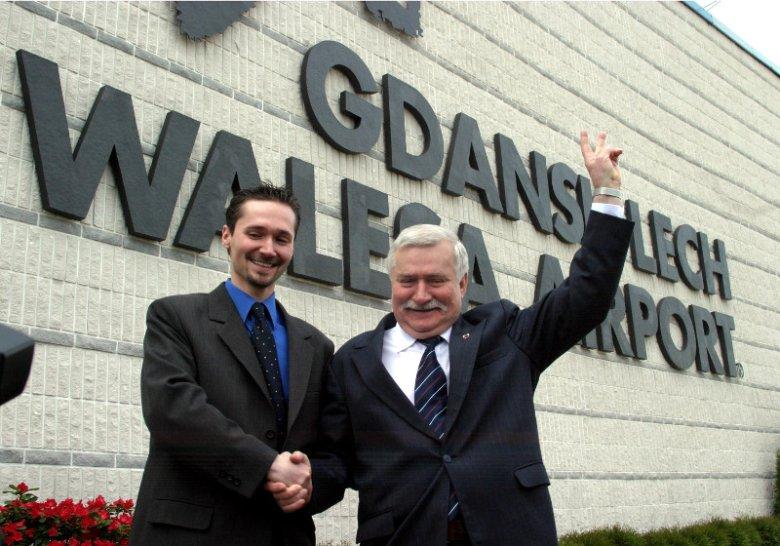 Lech Wałęsa z synem Jarosławem podczas uroczystości nadania lotnisku w Gdańsku jego imienia.