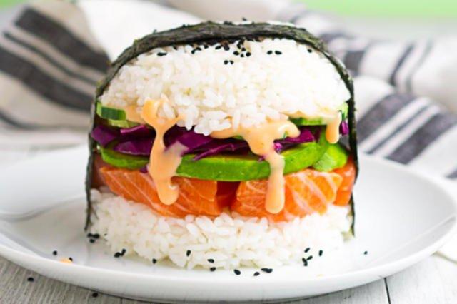 Sushi-burger może mieć w sobie wszystko - tu w wersji klasycznej, z łososiem.