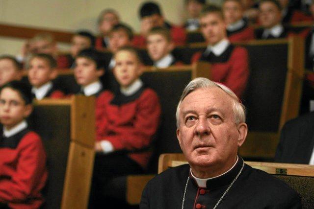 Abp senior Juliusz Paetz –dopiero w 2013 r. Stolica Apostolska nałożyła na niego karę zakazu udziału w uroczystościach religijnych.
