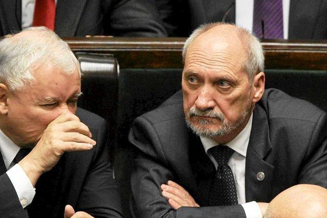 Antoni Macierewicz wolał zaatakować Lecha Wałęsę niż odeprzeć zarzuty o kontakty szefostwa MON z Rosją. Andrzej Saramonowicz skomentował to w sposób, który wywołał dyskusję tylko pogarszającą sytuację wiceprezesa PiS.