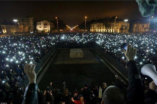 Tak Węgrzy protestowali przeciwko podwyżkom cen i ograniczaniu w ten sposób dostępu do internetu.