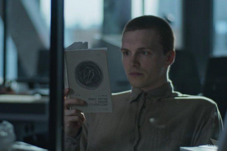 W polskim serialu Netflixa, Tomek - wraz z Robertem Więckiewiczem, grają pracowników służb