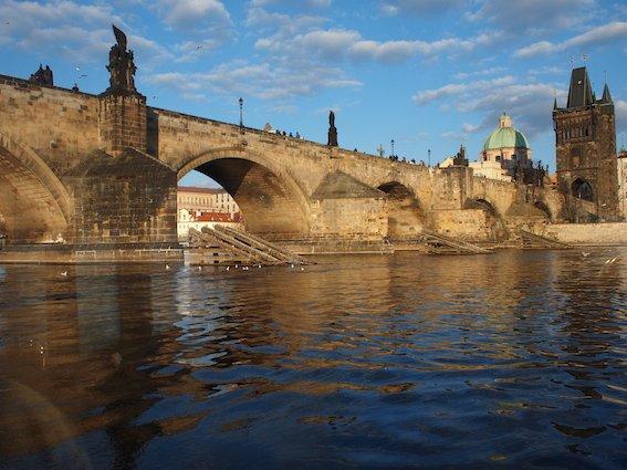 Most Karola z perspektywy Wełtawy.