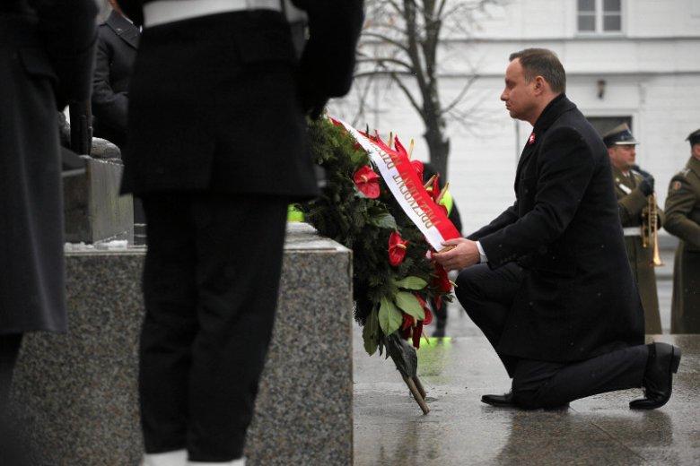 Prezydent Duda składa kwiaty pod pomnikiem Józefa Piłsudskiego.