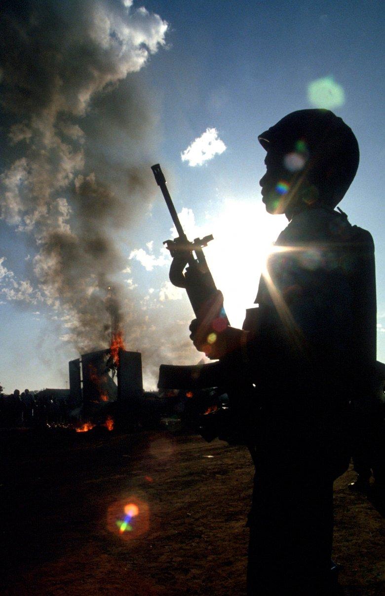 Żołnierze sił pokojowych podczas  starć w Takozie.