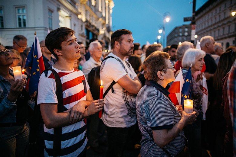 Tłum z białymi świecami na Krakowskim Przedmieściu. Warszawa, lipiec 2017