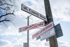 Tablica z nazwą ulicy już została zasłonięta.