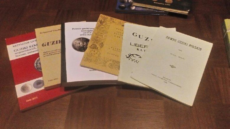Książki na temat guzików - nie ma ich dużo, ale u pana Roberta znajdziemy kolekcję takich publikacji, a w niejednej miał swój udział.