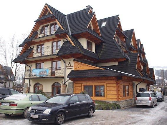 Nasz pensjonat w stylu neozakopiańskim, jaki reprezentuje większość budynków w Białce
