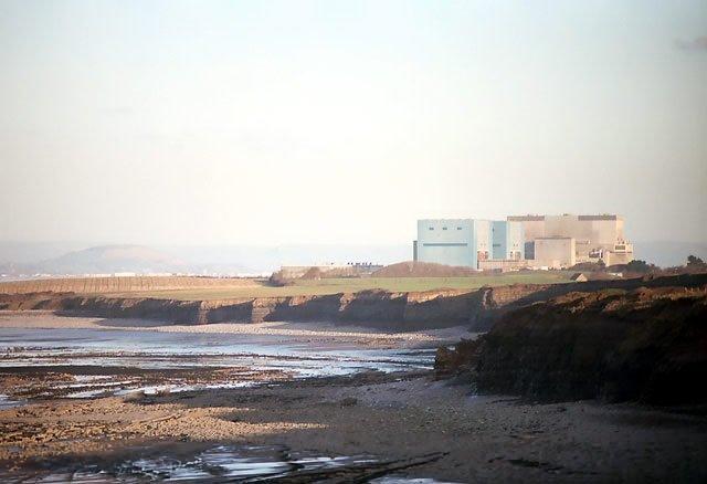 Lokalizacja planowanej elektrowni Hinkley Point C. Widoczne są budynki starszych instalacji Hinkley Point A oraz B.