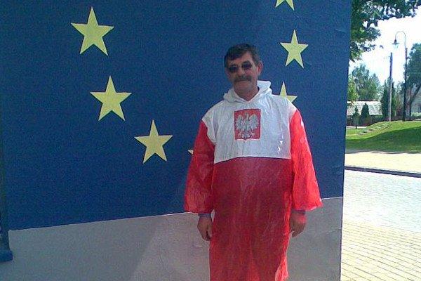 Ludwik Dziedzic w swojej patriotycznej pelerynie na tle flagi Unii Europejskiej.