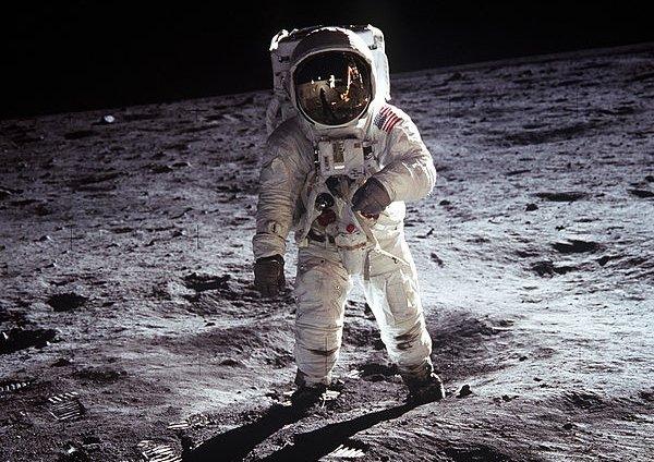 Buzz Aldrin stąpający po Księżycu.