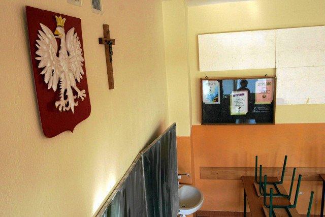 Doniesienia takie jak to, że katechetka uderzyła dziecko w twarz, jeszcze bardziej zniechęcają do religii w szkołach.