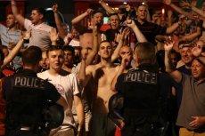Brytyjczycy, którzy prawdopodobnie sprowokowali wielką bójkę, szybko zostali opanowani przez francuską policję.