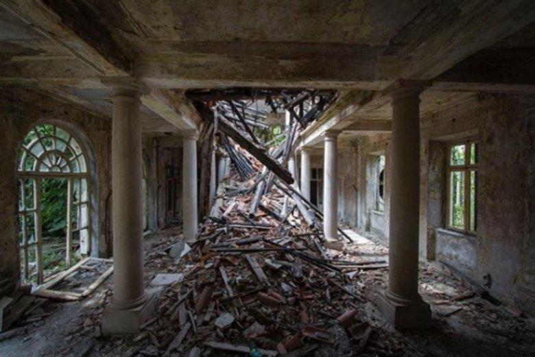 Przebywanie wewnątrz budynków może być niebezpieczne. Do środka wchodzimy na własną odpowiedzialność