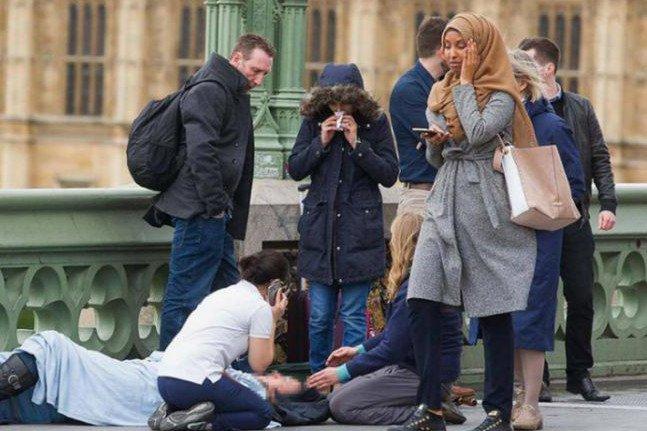 To zdjęcie miało dowodzić obojętności przechodzącej muzułmanki na atak terrorystyczny w Westminster. Okazało się, że w sieci umieścił je rosyjski troll udający amerykańskiego patriotę.