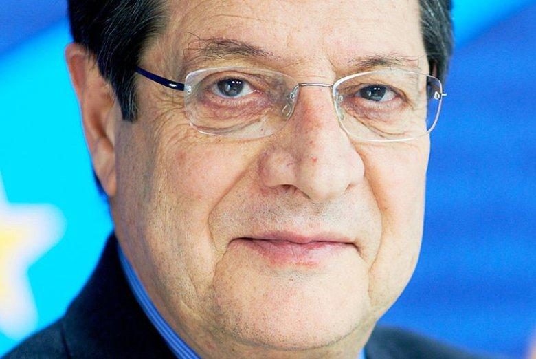 Nicos Anastasiades był szefem partii Zgromadzenie Narodowe,  która wystawiła go jako kandydata w wyborach na prezydenta (i jednocześnie szefa rządu).