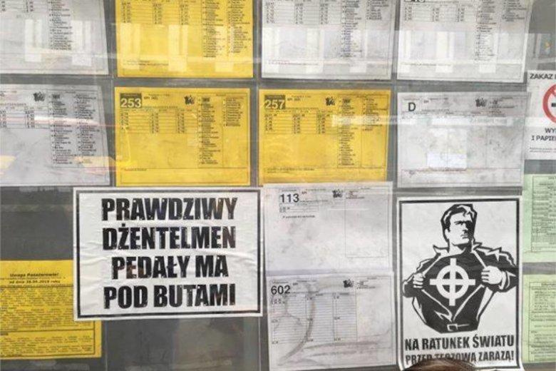We Wrocławiu na przystankach pojawiły się homofobiczne plakaty.