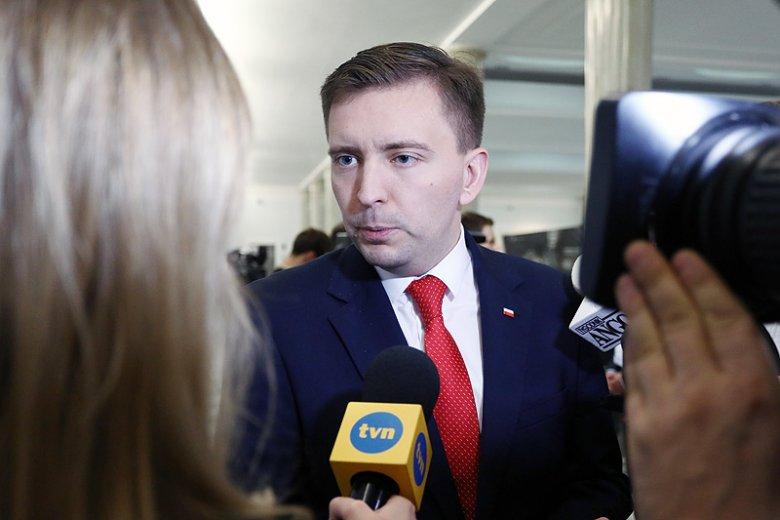 Poseł Łukasz Schreiber chciał dać ostrą ripostę Rafałowi Trzaskowskiemu, ale tylko wystawił PiS na dodatkowe kłopoty wizerunkowe.