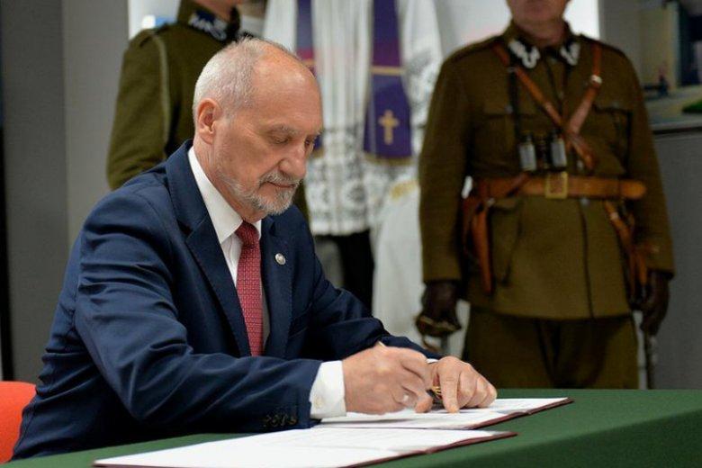 Minister Macierewicz podpisuje list intencyjny o budowie Muzeum Bitwy Warszawskiej.