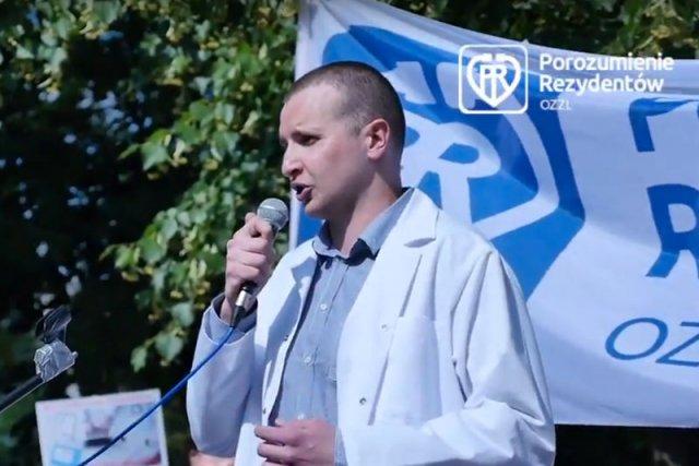 Dr Damian Patecki, wiceprzewodniczący Porozumienia Rezydentów OZZL podczas manifestacji w Warszawie w czerwcu 2016 r.