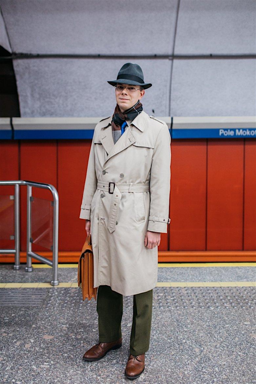 Gabriel pracuje w instytucji państwowej, dress code narzucił sobie sam – ceni klasyczną elegancję. Metrem jeździ, bo nie ma prawa jazdy.