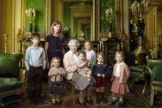 Królowa Elżbieta ze swoimi prawnukami.