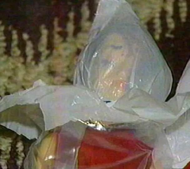 Rader w jednej z paczek wysłał lalkę ze związanymi rekami i nogami oraz głową owiniętą folią. To aluzja do sposobu uśmiercenia ofiar