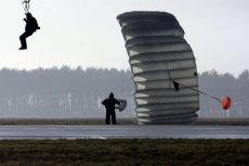 GROM musi wynajmować samoloty do ćwiczeń spadochronowych.