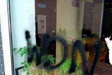 """Na szybie warszawskiej klubokawiarni """"Życie jest fajne"""", prowadzonej przez dorosłych autystów, ktoś napisał """"Won"""". Sprawę komentuje dla naTemat prezes fundacji Integracja, Piotr Pawłowski."""