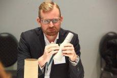 Simon Boas Hoffmeyer z Grupy Carlsberg przedstawia ekologiczną butelkę na piwo