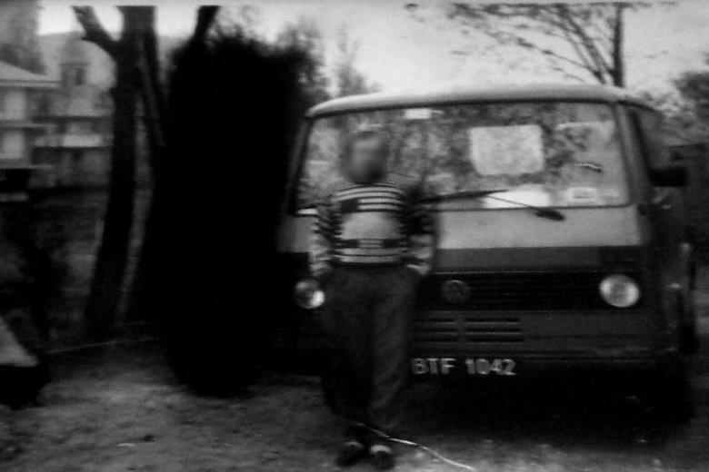 Zdjęcie, na którym - zdaniem Mystery Hunters - obok ówczesnego właściciela domu na Podlasiu widoczna jest czarna poświata.