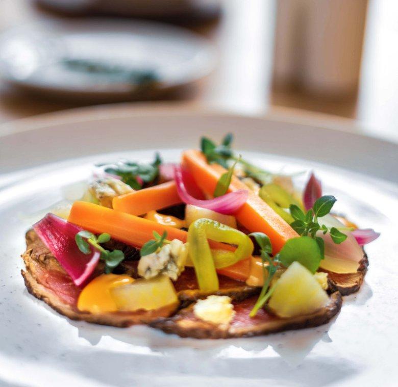 Carpaccio z pieczonego rozbefu z warzywnymi piklami, gorgonzolą i marynowaną gruszką