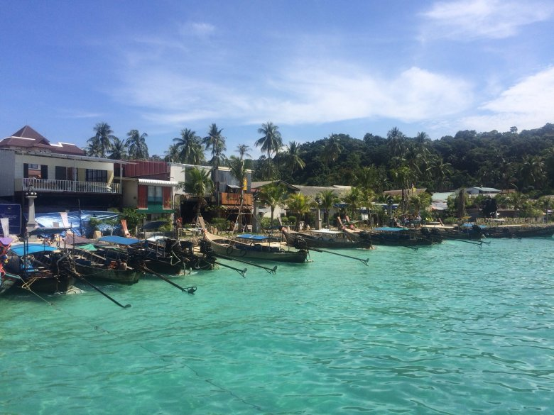 Mały port w zatoce Ton Sai. Koh Phi Phi Don/ Tajlandia