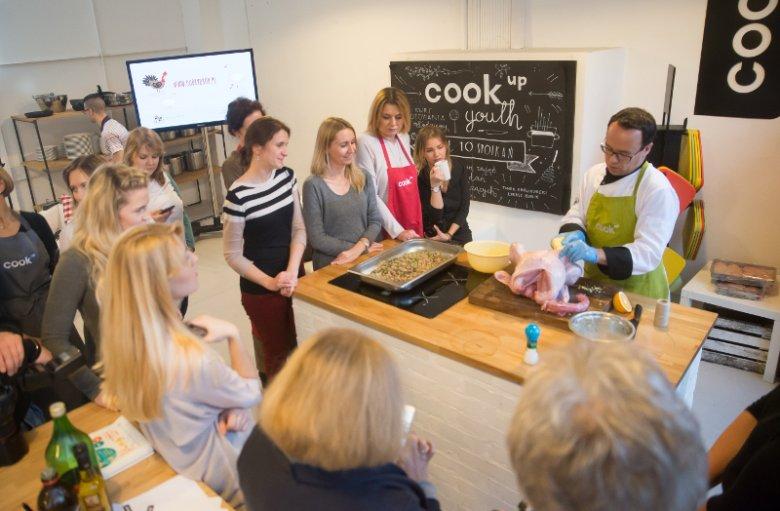 Amatorom gotowania Jakub Steuermark zademonstrował także sposób przygotowania indyka w całości