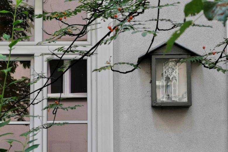 W wielu podwórkach na Hożej można znaleźć maleńkie kapliczki.